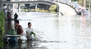 Waten im Wasser: Randgebiete von Bangkok sind bereits überflutet, in den nächsten Tagen ist mit Überschwemmungen in allen Stadtteilen zu rechnen