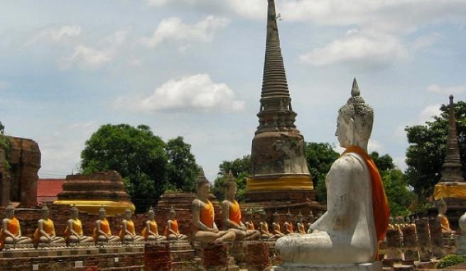 In Ayutthaya werden selbst die steinernen Buddhas bekleidet.