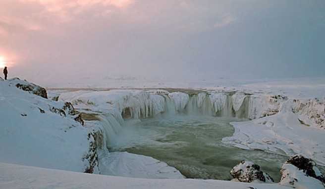 Der Goðafoss-Wasserfall im Norden Islands im Winter.
