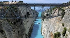 Fast alle Touristen legen an der Meerenge, wo der Peloponnes beginnt, einen Stopp ein.