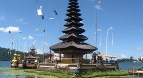 Der Tempel Pura Ulun liegt am Ufer des Bratan-Sees. Er ist Dewi Danu gewidmet, der Göttin des Wassers.