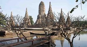 Im Wat Chai Wat Tanaram steht das Wasser noch immer kniehoch.