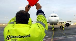 Flughafenmitarbeiter in Berlin-Tegel: Auf mehreren deutschen Flughäfen soll es am Dienstag Warnstreiks geben.