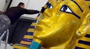 Überdimensionale »Goldmaske« des ägyptischen Pharaos Tutanchamun auf dem Messegelände: Mehr als 12.000 Aussteller präsentieren auf der ITB ihre Reiseangebote. Partnerland ist Ägypten.