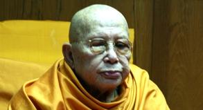 Der 116-jährige Mönch Luang Pu Supha bei einem Tempelempfang.