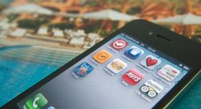 Apps sind auf Reisen nützliche Helfer, zum Beispiel, um ein Hotel oder einen Mietwagen zu buchen. Doch zu viele mobile Informationen können auch Urlaubsstress bedeuten.