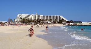Urlaub an den Stränden der Kanarischen Inseln - hier zum Beispiel Fuerteventura - wird zum Winter hin bei ITS, Jahn Reisen und Tjaereborg etwas teurer.