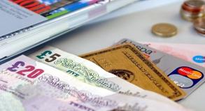 Nicht nur auf das Plastik vertrauen: Neben der Kreditkarte gehört immer auch etwas Bargeld in die Reisekasse.