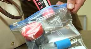 Die strengen Regeln bleiben in Kraft: Reisende dürfen im Handgepäck nur kleine Mengen Flüssigkeit mitnehmen und müssen die Behälter in durchsichtige Plastikbeutel stecken.