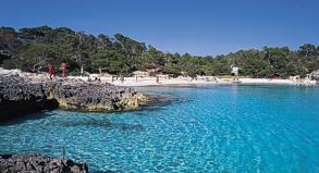 Sonne satt, türkisblaues Meer - das lockt jedes Jahr viele Urlauber auf spanische Inseln wie hier Menorca.