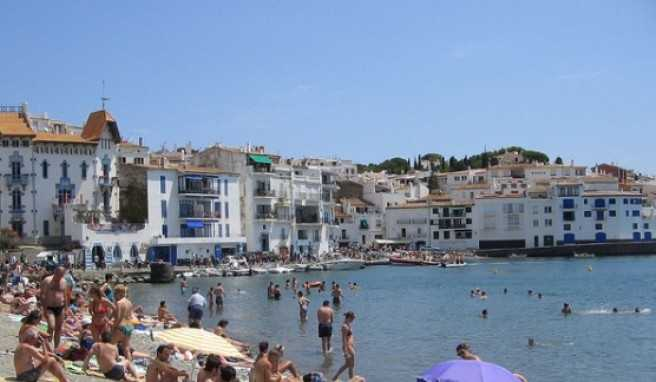 Auch ein schmaler Strand hält die Besucher in Cadaques nicht davon ab dem schönen Wetter zu frönen.