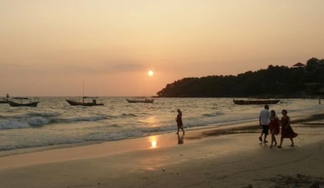 Abends taucht die untergehende Sonne den Strand in ein romantisches Licht.