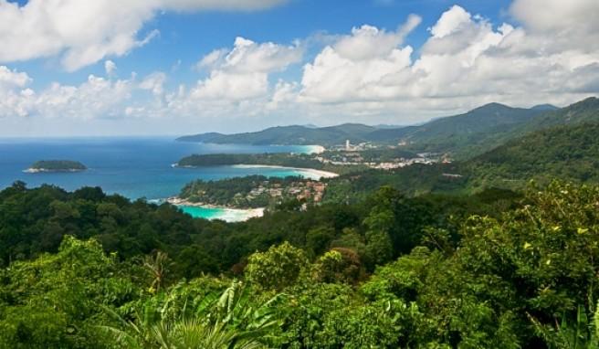 Die Insel Phuket mit ihren vielen Badebuchten ist landschaftlich sehr reizvoll.##Foto: tbradford / istockphoto.de