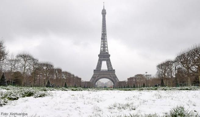 winter in paris eiffelturm bleibt wegen winterwetters. Black Bedroom Furniture Sets. Home Design Ideas